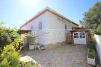 Bonita y bien cuidada casa adosada de esquina con piscina comunitaria en Rafol de Almunia - Casa en Rafol de Almunia