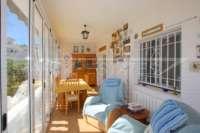 Bonita y bien cuidada casa adosada de esquina con piscina comunitaria en Rafol de Almunia - terraza acristalada