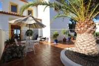 Moderne Villa auf privatem Grundstück mit Panoramablick am Monte Pego - Innenhof