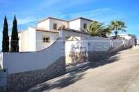 Moderne Villa auf privatem Grundstück mit Panoramablick am Monte Pego - Einfahrt