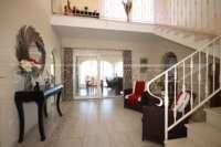 Moderne Villa auf privatem Grundstück mit Panoramablick am Monte Pego - Treppenhaus
