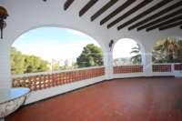 Imposante Villa mit Meerblick und separatem Gästezimmer in Denia - Galeretes - Überdachte Terrasse