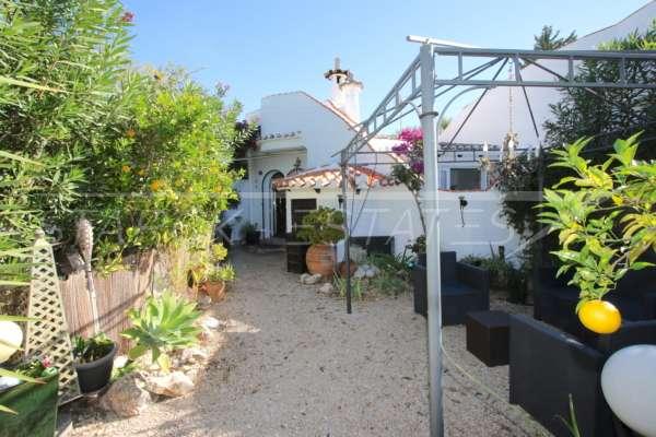 Colorido adosado de vacaciones cerca del mar y del centro de la ciudad en Els Poblets, 03779 Els Poblets (España), Casa adosada