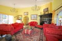 Großzügige Villa mit Wohlfühlcharakter und herrlichem Blick auf den Montgo in Denia - Wohnzimmer mit Kamin