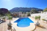 Espacioso chalet con un alto factor de bienestar y vistas impresionantes al Montgó en Denia - Piscina con vistas al Montgó