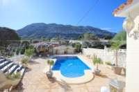 Espacioso chalet con un alto factor de bienestar y vistas impresionantes al Montgó en Denia - Área de piscina privada