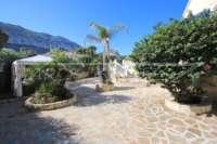 Espacioso chalet con un alto factor de bienestar y vistas impresionantes al Montgó en Denia - Jardín de bajo mantenimiento