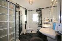 Espacioso chalet con un alto factor de bienestar y vistas impresionantes al Montgó en Denia - Baño con ducha en suite