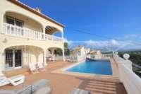 Chalet superior de 3 dormitorios con impresionantes vistas a las montañas y el mar en Orba - Terraza con piscina