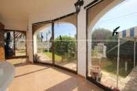 Villa de estilo rústico sobre espaciosa parcela cerca del mar en Els Poblets - Terraza acristalada
