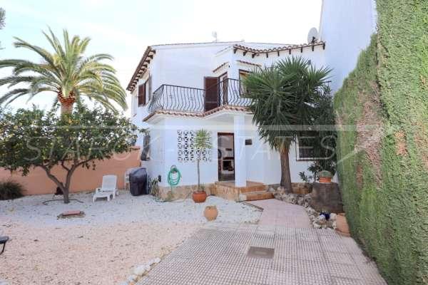 Belle maison de ville en angle avec jardin privé près de la plage à Els Poblets, 03779 Els Poblets (Espagne), Maison mitoyenne située en dernière position