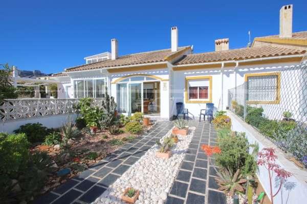 Adosado muy bien mantenido a pocos metros de la playa de arena en El Vergel, 03770 El Vergel (España), Casa adosada