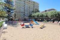 Apartamento en primera línea de playa en bonita urbanización en Denia - Parque infantil