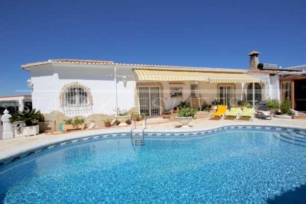 Villa mit viel Platzangebot in idyllischer Privatlage mit traumhaftem Meerblick in Benidoleig, 03759 Benidoleig (Spanien), Villa