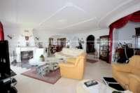 Villa mit viel Platzangebot in idyllischer Privatlage mit traumhaftem Meerblick in Benidoleig - Wohnzimmer