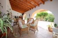 Großzügige Finca in idyllischer Privatlage mit herrlichem Blick auf den Peñon de Ifach in Benissa - Überdachte Terrasse