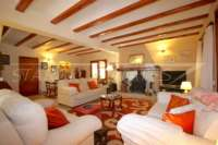 Großzügige Finca in idyllischer Privatlage mit herrlichem Blick auf den Peñon de Ifach in Benissa - Wohnzimmer