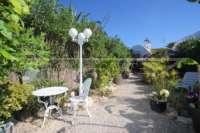 Farbenfrohes Ferienhaus unweit vom Meer und Ortskern in Els Poblets - Mediterraner Garten