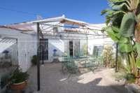 Farbenfrohes Ferienhaus unweit vom Meer und Ortskern in Els Poblets - Aussenbereich