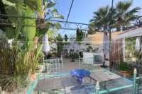 Farbenfrohes Ferienhaus unweit vom Meer und Ortskern in Els Poblets - Terrasse