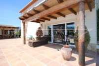 Luxuriöses Finca Anwesen auf sonnigem Privatgrundstück mit traumhaftem Blick in Benidoleig - Überdachte Terrasse