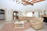 Villa bien entretenue avec piscine à débordement et magnifique vue panoramique à Orba - Salon