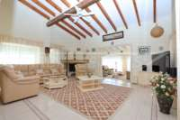 Villa bien entretenue avec piscine à débordement et magnifique vue panoramique à Orba - Séjour avec cheminée