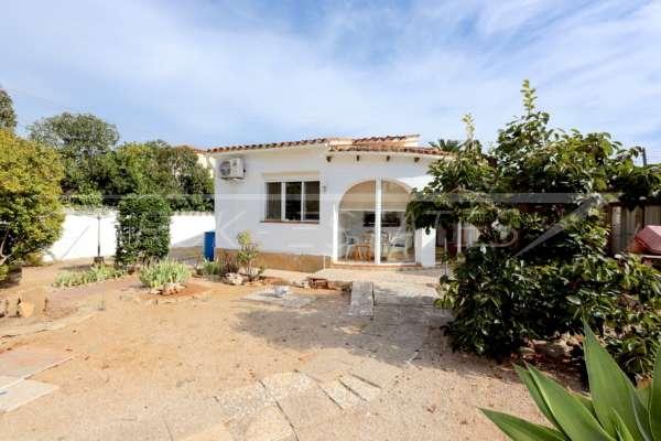 Modernisierungsbedürftige Villa nur 400 m vom Meer in Els Poblets, 03779 Els Poblets (Spanien), Villa