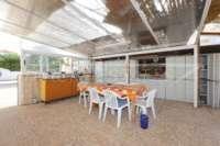 Modernisierungsbedürftige Villa nur 400 m vom Meer in Els Poblets - Überdachte Terrasse