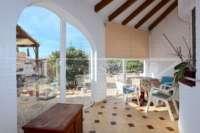 Modernisierungsbedürftige Villa nur 400 m vom Meer in Els Poblets - Wintergarten