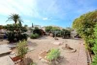 Modernisierungsbedürftige Villa nur 400 m vom Meer in Els Poblets - Pflegeleichter Garten