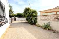 Modernisierungsbedürftige Villa nur 400 m vom Meer in Els Poblets - Einfahrt