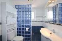 Modernisierungsbedürftige Villa nur 400 m vom Meer in Els Poblets - Duschbad