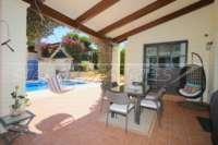Schöne Villa im Landhausstil mit Pool in exklusiver Urbanisation in Javea - Überdachte Terrasse