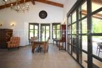 Schöne Villa im Landhausstil mit Pool in exklusiver Urbanisation in Javea - Hohe Glasfronten