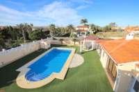 Luxusvilla mit Gästeapartment auf großem Grundstück nur 400 m vom Meer in Els Poblets - Pflegeleichter Garten