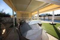 Luxusvilla mit Gästeapartment auf großem Grundstück nur 400 m vom Meer in Els Poblets - Überdachte Terrasse