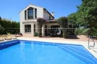 Bonito chalet de estilo casa de campo con piscina en urbanización exclusiva en Javea - Villa en Javea