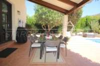 Bonito chalet de estilo casa de campo con piscina en urbanización exclusiva en Javea - Acogedora zona exterior