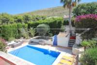 Bonito chalet de estilo casa de campo con piscina en urbanización exclusiva en Javea - Escondido de las vistas