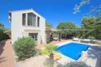 Bonito chalet de estilo casa de campo con piscina en urbanización exclusiva en Javea - Chalet en Javea
