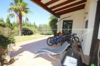 Bonito chalet de estilo casa de campo con piscina en urbanización exclusiva en Javea - terraza cubierta