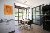 Bonito chalet de estilo casa de campo con piscina en urbanización exclusiva en Javea - Cocina con comedor