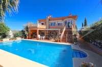 Amplia villa en zona tranquila con vistas maravillosas a solo 1 km del centro de Denia - Villa en Denia