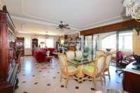 Amplia villa en zona tranquila con vistas maravillosas a solo 1 km del centro de Denia - Salón/ comedor