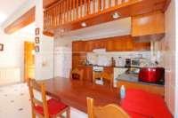 Amplia villa en zona tranquila con vistas maravillosas a solo 1 km del centro de Denia - Cocina con barra