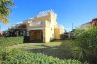 Casa adosada esquinera en una bonita urbanización con impresionantes vistas al Montgó en Denia - Jardin privado