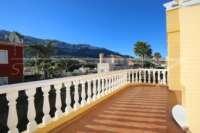 Casa adosada esquinera en una bonita urbanización con impresionantes vistas al Montgó en Denia - Terraza soleada