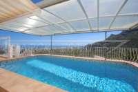 Villa de elegancia clásica con fantásticas vistas panorámicas en Monte Pego - Piscina con cubierta