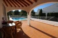 Villa avec piscine, parking, climatisation et terrasses sur un terrain d'angle sur Monte Pego - terrasse couverte